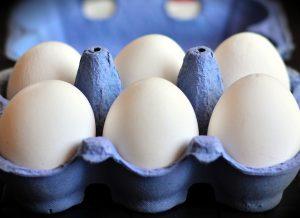 Как хранить домашние яйца в холодильнике