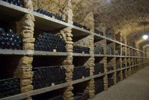 Как правильно хранить бутылки с вином