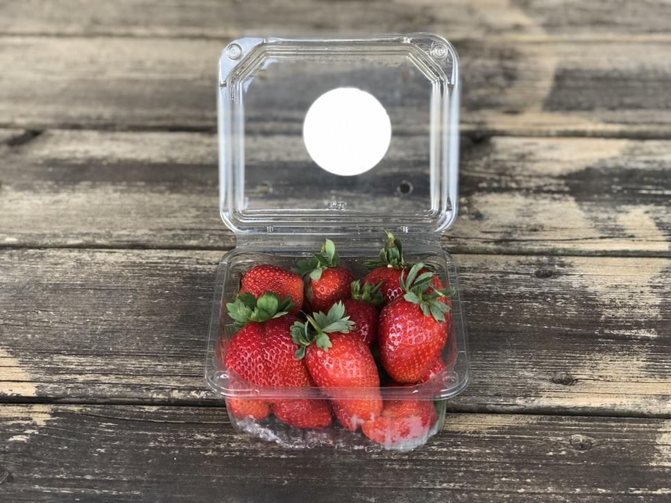 Клубника в пластиковом контейнере
