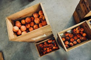 Персики в ящиках
